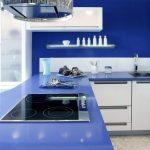 Синьо на стената и горния кухненски плот