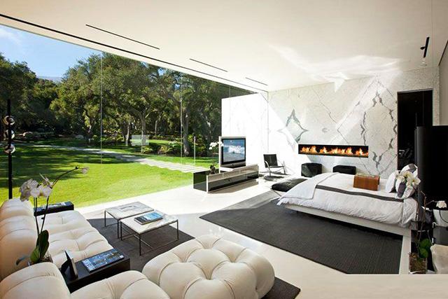 Спалня с модерна камина