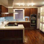 Вградено край кухнята осветление