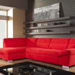 Червен диван и черена лампа