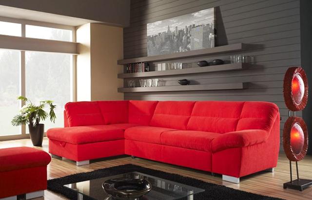 Червен диван и червена лампа