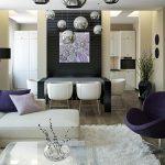 Столовете в къта за хранене са бели, за да подхождат на ъгловия бял диван