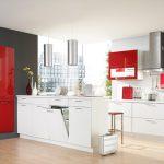 Бяла кухня с червени акценти