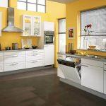 Бяла кухна - жълти стени