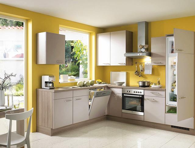 Бяла кухня с жълти стени
