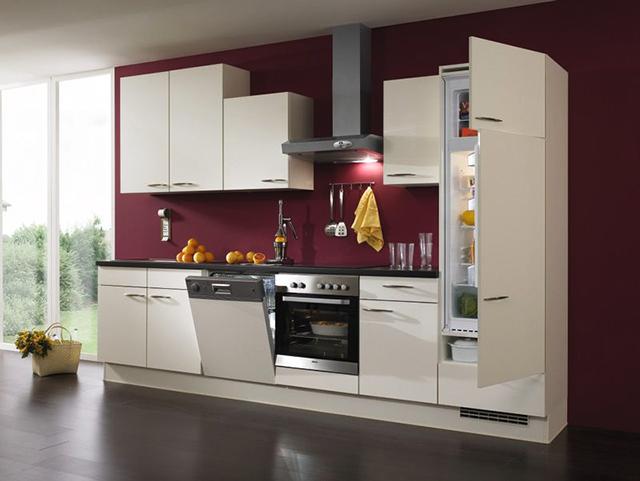 Бяла кухня и тъмно виолетово стена