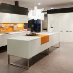 Бяла кухня с оранжев гръб