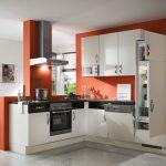 Бяла кухня на тъмно оранжев фон