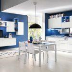 Бяла кухня - сини стени