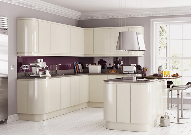 Бяла кухня с лилав гръб