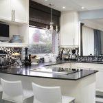 Бяла кухня с черни акценти