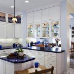 Бяла кухня със сини аксесоари