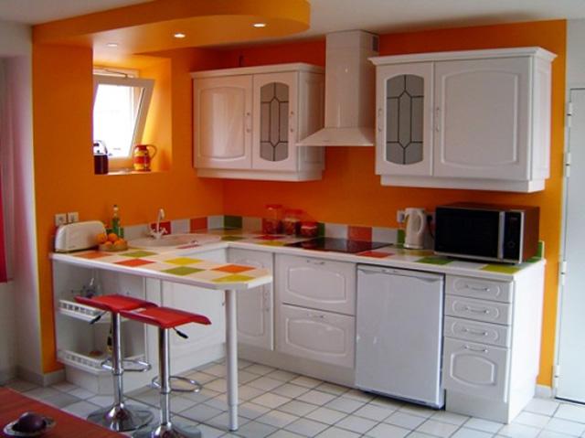 Бяла кухня - оранжеви стени