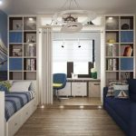 Стая с работен кът на остъклен балкон