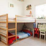 Стая с високо легло и кът за игра, който се превръща в легло за гостенче