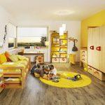 Стая в слънчеви цветове