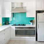 Бяла кухня с тюркоазено син гръб