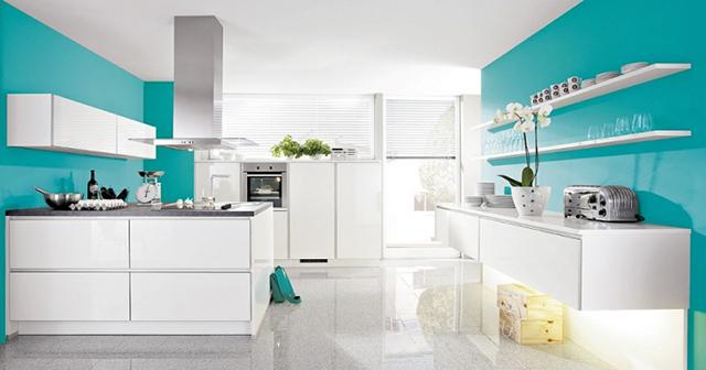 Тюркоазено сини стени в кухнята