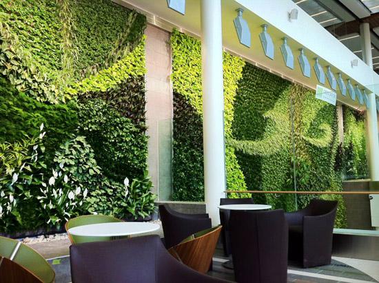 """""""Живи"""" стени посрещат пътници на летище"""