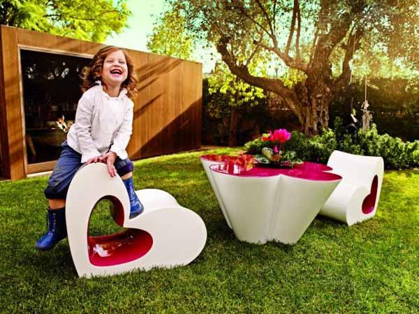 Мебелите са произведени от устойчив на атмосферните условия материал