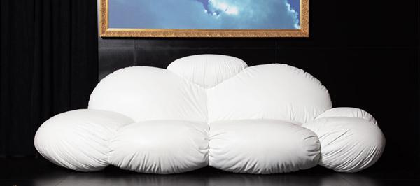 Необичайната форма на дивана дава възможност за различни позиции за сядане