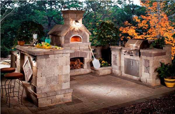 Външна камина с открито огнище създава уют...