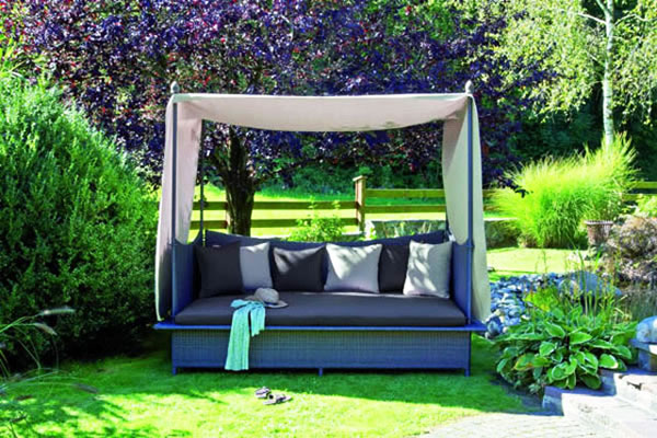 Диван с балдахин в градината - идеално за отдих на сянка!
