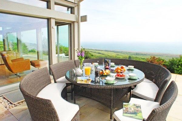 Закуска на терасата в компанията на красивия пейзаж