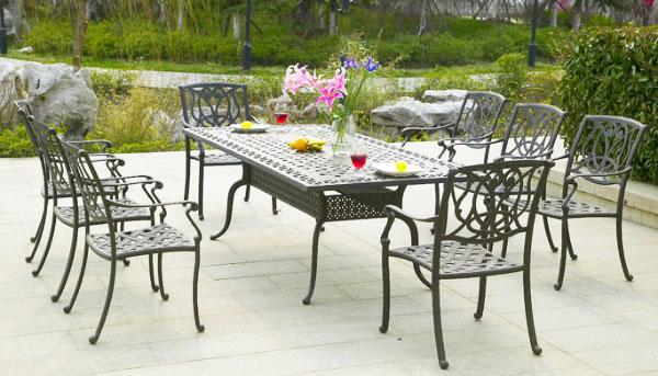 Мебели от ковано желязо - винаги добре дошли в градината!