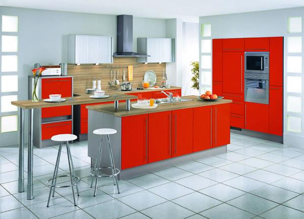 Модерна кухня с остров в червено