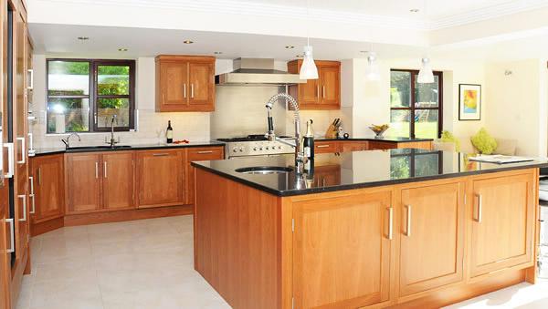 Кухненските острови предлагат не само допълнителна работна площ, но и пространство за съхранение
