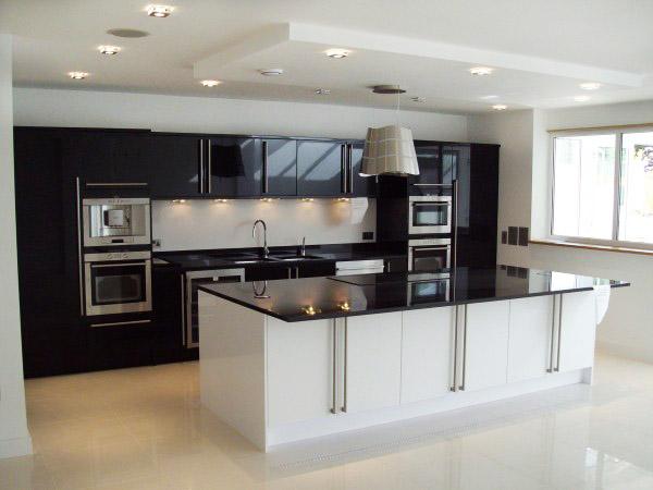 Класическо цветово решение - бяло и черно в модерна кухня