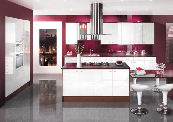 Кухня с лилав гръб и остров