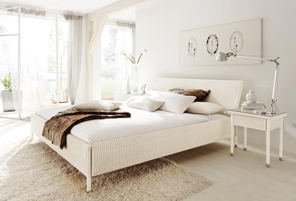 Светлина и бели мебели