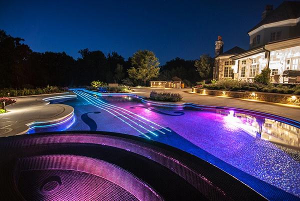 Самите плочки в басейна светят в различни нюанси