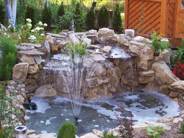И камъкът ласкаво прегърна водата...