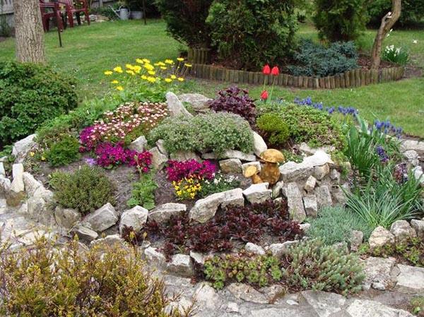 Фантазии от камък и цветя за градина
